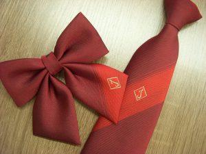 赤いネクタイとリボン