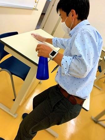 生徒の皆さんが利用する教室を隅々まで清拭