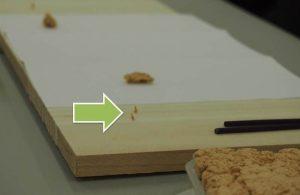 艾を丸めて米粒大にし、板の上に立てていく
