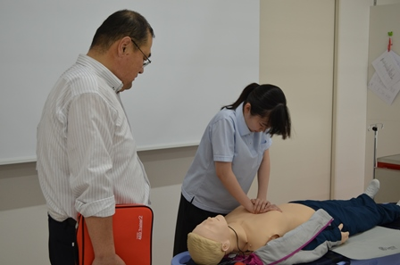 生徒も心臓マッサージの実技に挑戦