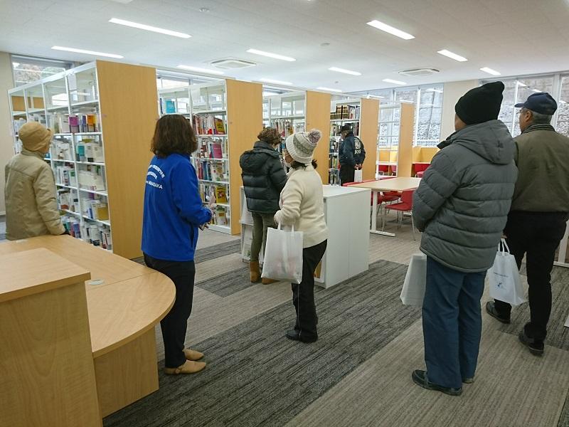 校内見学の様子 図書館