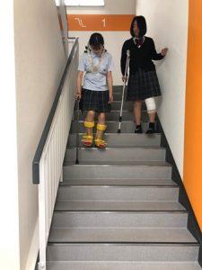 教室を出て階段を使って降りてみます