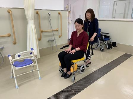 介護福祉の実習室にある用具の説明や機器を体験