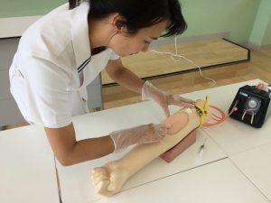 シミュレーターを使った採血デモンストレーション