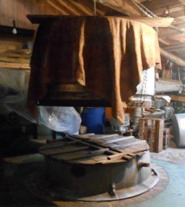 大きな和釜に湯を沸かして上に甑(こしき)を置いて米を並べて蒸します