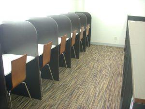滋慶学園高等学校 図書室の個人机